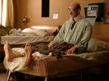 Réplica Mortadelo sentado na cama