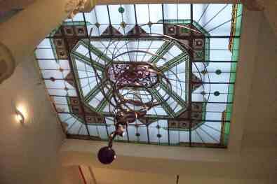 """Escultura """"Vórtice"""" , 2008, barras de aço soldadas, esfera de aço fundido , motor e sensor IR"""