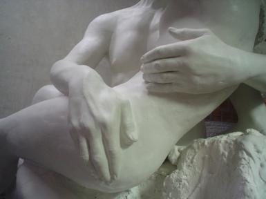 """Escultura """"O Beijo"""" detalhe mãos. Ainda no gesso sem pintura."""