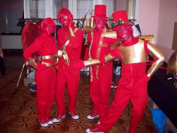"""Grupo Vermelhos com adereços """"steampunk"""""""