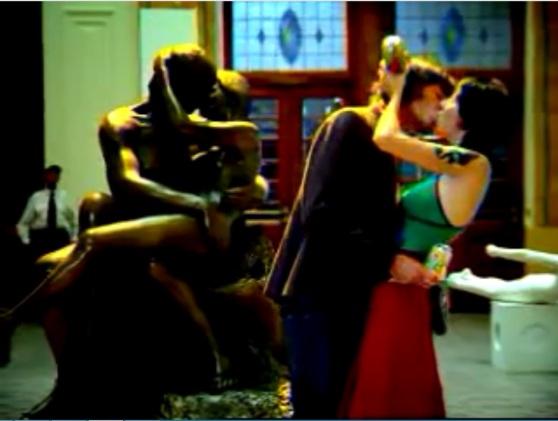 Atores do comercial com escultura ao fundo