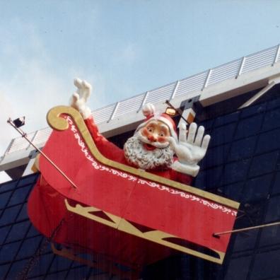 Papai Noel de 6m de altura e trenó instalados na fachada do Plaza Shopping Niteroi - 1995