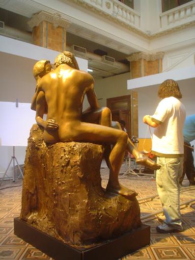 """Vista posterior da escultura """"O Beijo"""" feita para gravação do comercial do Guaraná Kuat."""