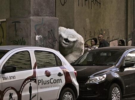 Fantasia de Ieti para comercial da Colgate América Latina